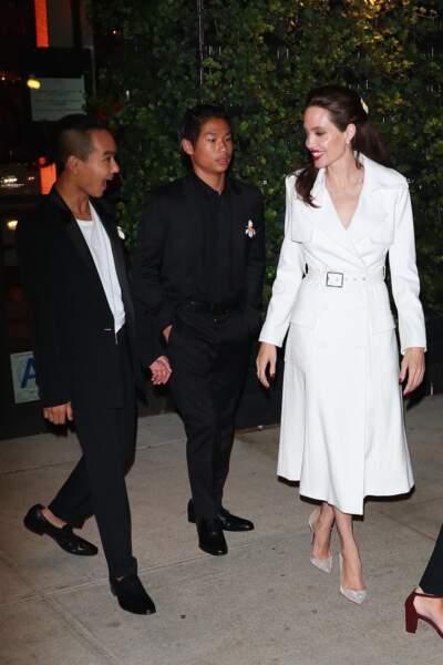 Angelina Jolie, tout en blanc avec ses fils Maddox et Pax Thien Jolie-Pitt,