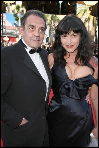 Mais quand une bretelle lâche, c'est le sein de Lio qui se fait la malle lors du festival de Cannes 2009.