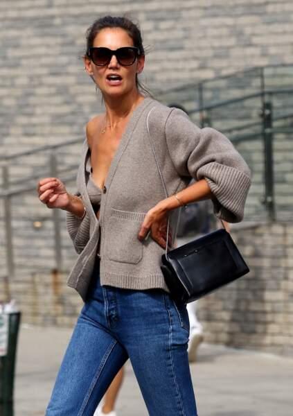 Katie Holmes, sexy chic, affiche son bronzage lors d'une séance shopping avec sa fille Suri Cruise