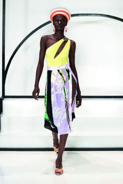 Le maillot une pièce se porte avec de la fluidité pour un look sexy et acidulé chez Emilio Pucci.