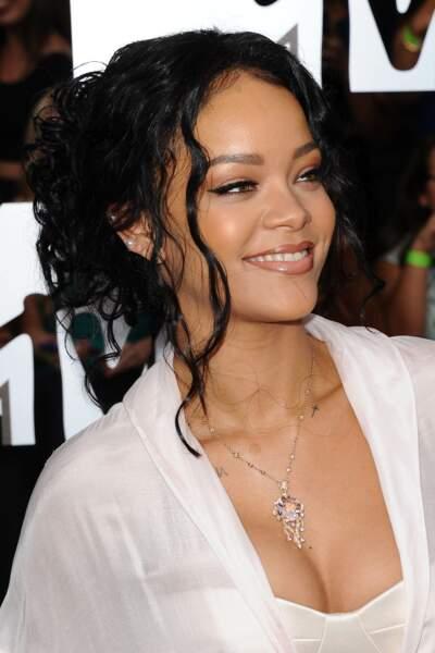 Le chignon flou frisé de Rihanna