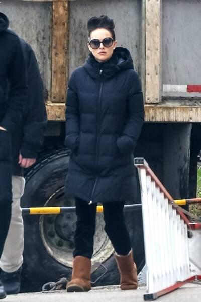 Nathalie Portman mise sur la doudoune longue et noire pour les temps de grands froids.