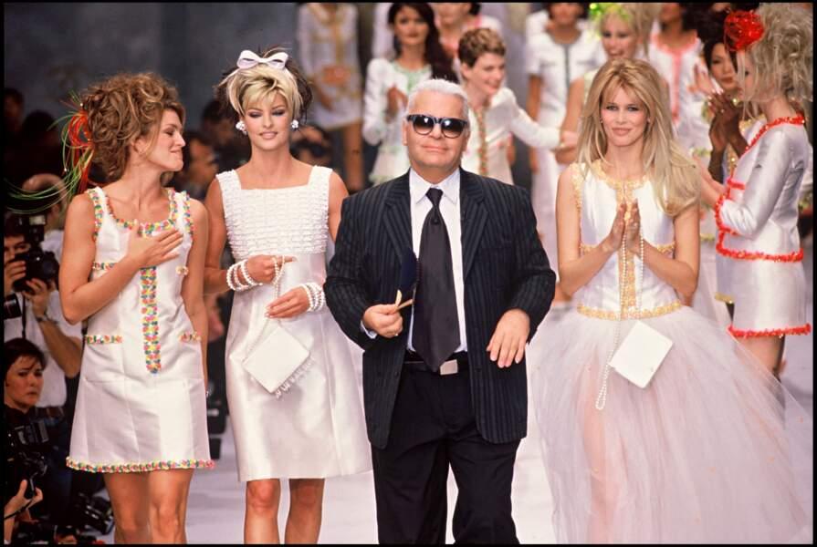 Cindy Crawford, Linda Evangelista, Karl Lagerfeld et Claudia Schiffer au défilé prêt à porter Chanel en 1996