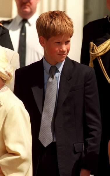 Le prince Harry à l'âge de 14 ans à Londres, à Clarence House, pour les 98 ans de la reine mère