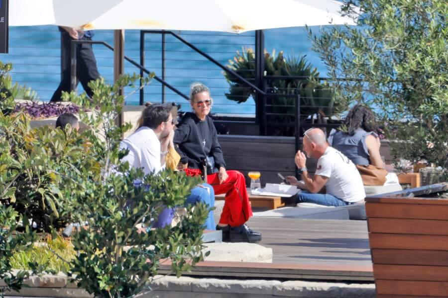 Laeticia Hallyday sur la très chic terrasse du Nobu, en compagnie de ses amis