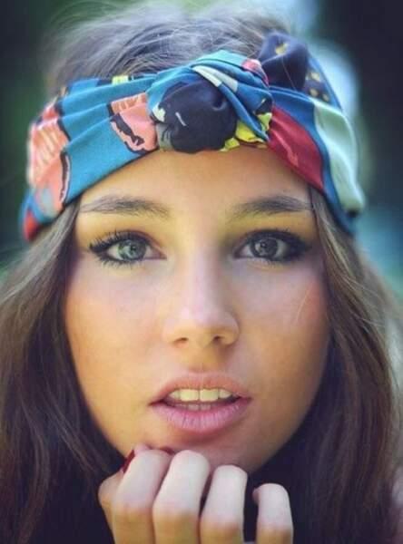 Le foulard coloré porté façon turban