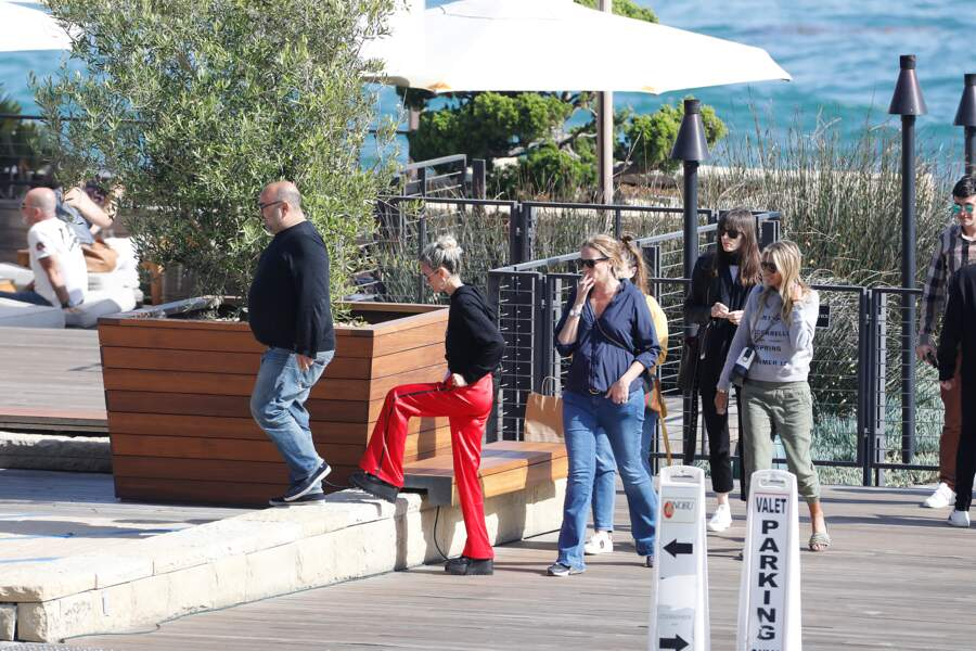 Toute la petite bande arrive au Nobu, à Malibu.
