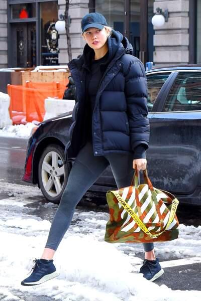 Karlie Kloss adopte la doudoune après la gym, idéal pour rester au chaud.