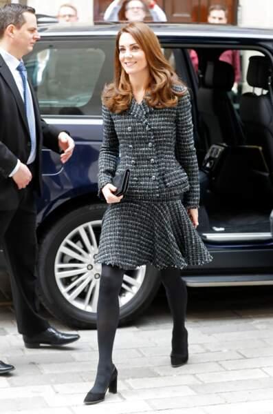 Kate Middleton renoue avec l'ensemble en tweed et les jupes au-dessus du genou