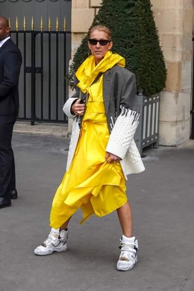 Céline Dion : à 50 ans elle assume les baskets griffés comme Brigitte Macron