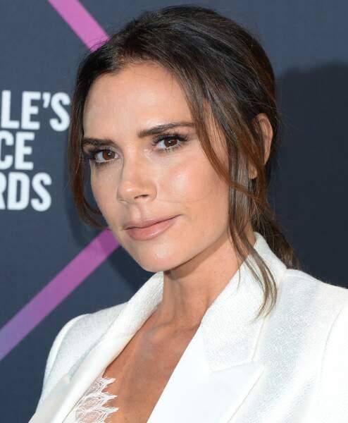 Quelques mèches plus claires pour encadrer l'ovale de son visage, c'est le bon choix colo de Victoria Beckham.