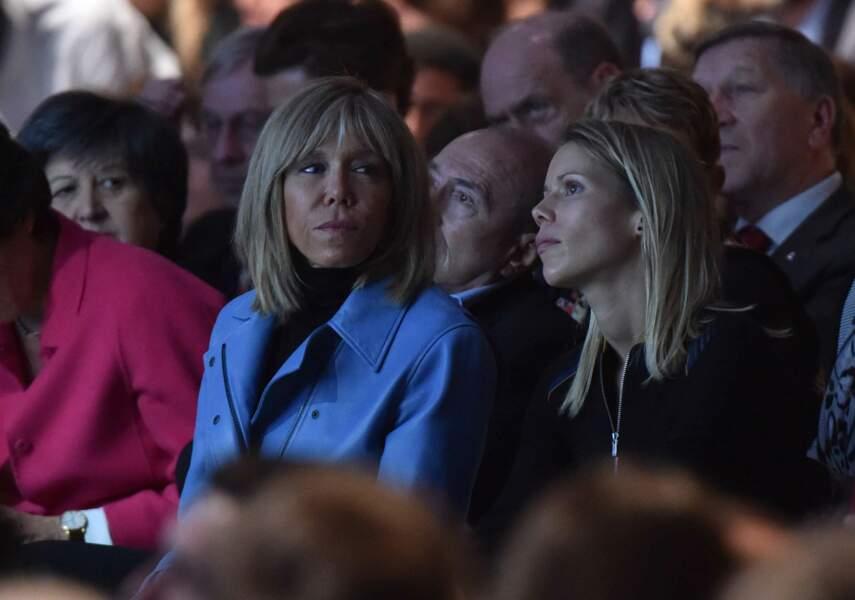 Le 10 décembre 2016, Brigitte Trogneux adopte un perfecto bleu pour le meeting d'En Marche à Paris