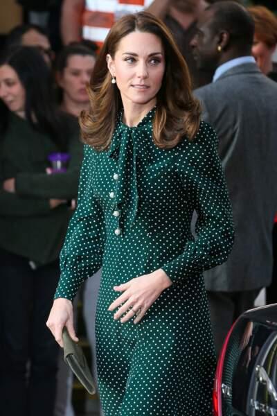 Kate Middleton très élégante avec sa robe fluide à pois et col lavallière