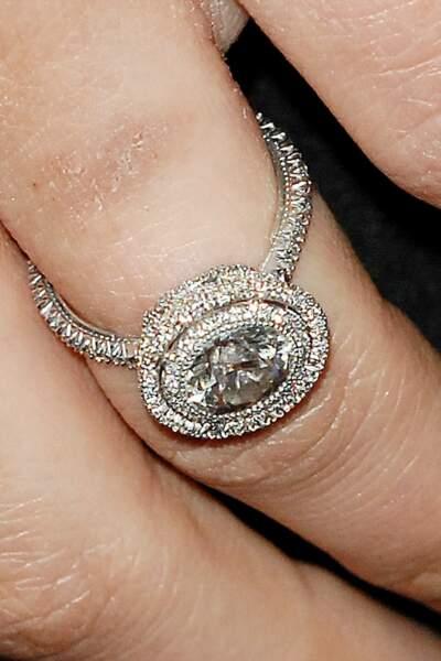 En 2010, son compagnon Benjamin Millepied lui offre ce bijou Jamie Wolf en diamant et platinium recyclé