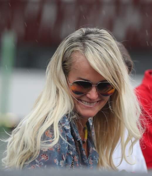 Laeticia Hallyday assume un blond californien avec des racines maitrisées