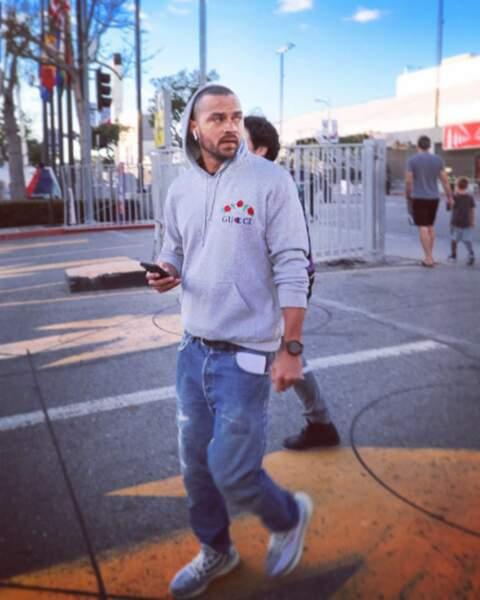 Hors des plateaux, l'acteur de 36 ans, sans sa blouse blanche, adopte un look streetwear en jean et sweat à capuche