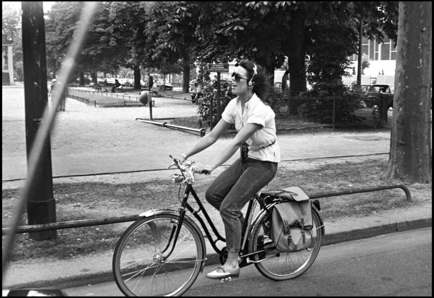 La princesse Caroline de Monaco se balade en vélo dans les rues de Paris, en 1980