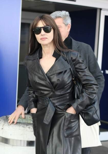 Lunettes noires et trench en cuir, Monica Bellucci arrive presque incognito à Milan, le 19 février 2019.