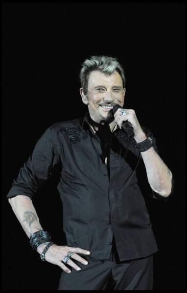 Johnny Hallyday, sur scène en 2009 à Genève. Sur son avant bras, une tête de lion, signe astrologique de David