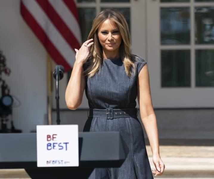 Melania Trump cool décontractée en robe en denim le 7 mai 2019 à la Maison Blanche à Washington