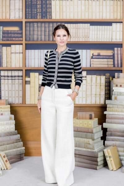Virginie Ledoyen toujours aussi élégante en pantalon large et gilet marinière