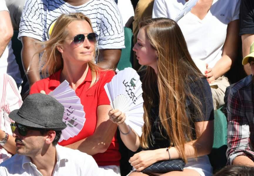 Estelle Lefébure et sa fille Emma complices à Roland-Garros.