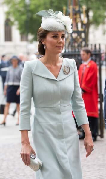 Kate Middleton en robe manteau et minaudière Alexander McQueen, à l'Abbaye de Westminster, le 10 juillet 2018