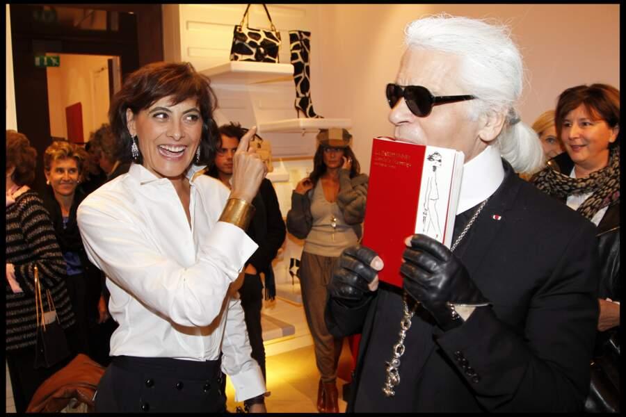 """Karl Lagerfeld avec Inès de la Fressange lors de la présentation du livre """"La Parisienne"""" à Paris en 2010"""