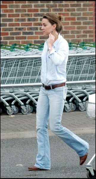 En 2005, Kate Middleton osait aussi le look casual en jean boot cut et chemise blanche