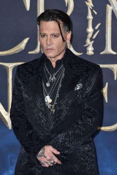 Johnny Depp a les mains tatouées mais aussi uun tatouage au nom de Lily-Rose, sa fille, sur le torse.