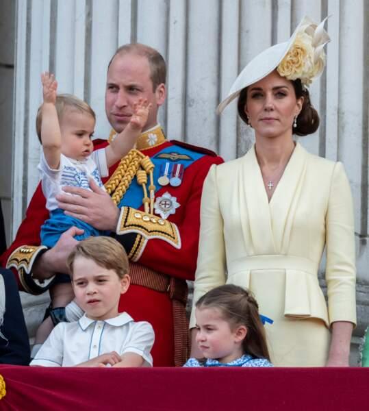 Le prince Louis suce son pouce au balcon de Buckingham
