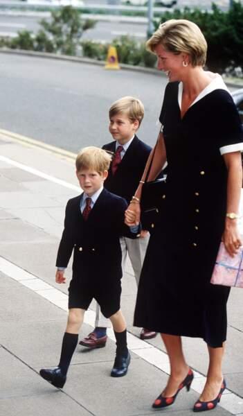 Diana, très élégante en robe noire Chanel et escarpins à pois, avec William et Harry à Notthingham en 1990