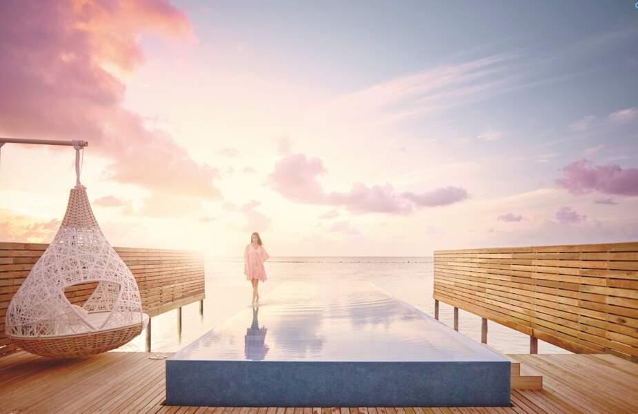 Un plongeon en amoureux dans la piscine de votre villa sur pilotis au LUX* SOUTH ARI ATOLL cela vous tente ?