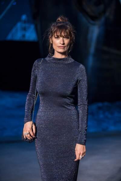 Caroline de Maigret, ambassadrice Chanel depuis de nombreuses années, en robe moulante et messy bun