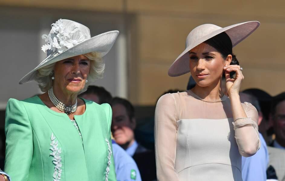 Meghan Markle avec son chapeau aux côtés de Camilla
