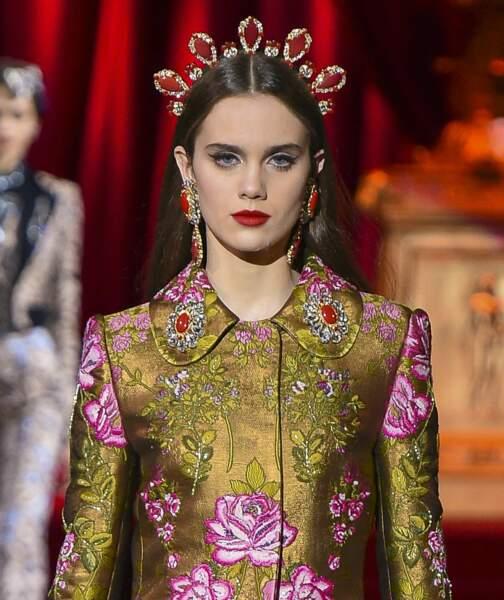 La bouche rouge femme fatale et le regard souligné de khôl noir de Dolce & Gabbana