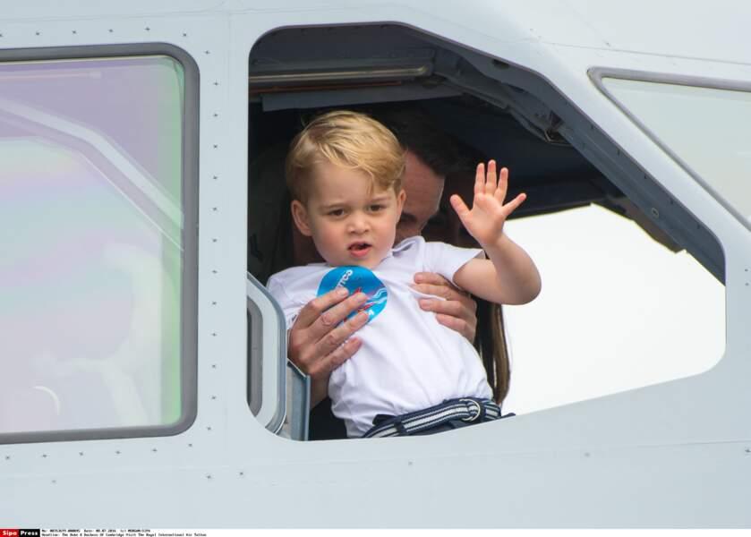 Prince George salue la foule comme un roi