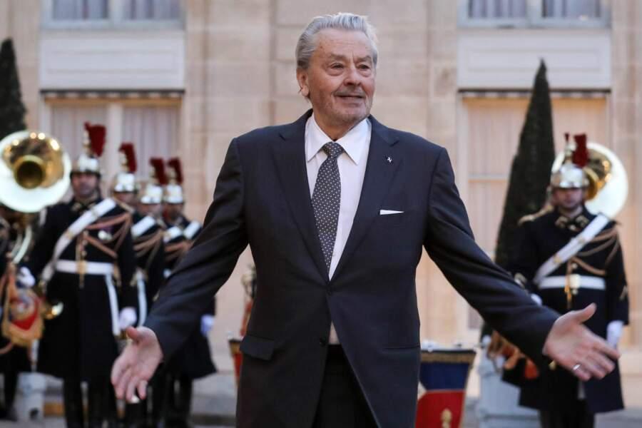 L'arrivée d'Alain Delon dans la cour du palais de l'Élysée n'est pas passée inaperçue