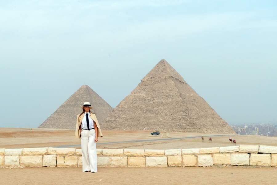 Melania Trump, en veste Ralph Lauren et chemise Chanel, visite la grande pyramide de Gizeh le 6 octobre 2018