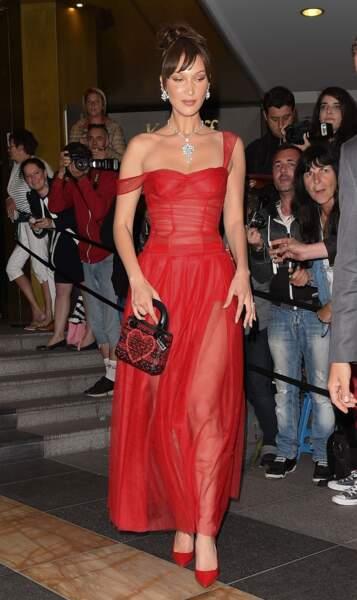 La magnifique Bella Hadid, dans une tenue rutilante et transparente, a irradié le festival de Cannes 2018.