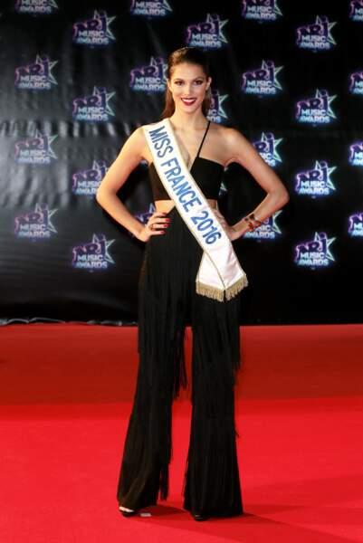 """Iris Mittenaere (Miss France 2016) joliment décolletée à la cérémonie des """"NRJ Music Awards"""" à Cannes, le 12 novembre 2016"""