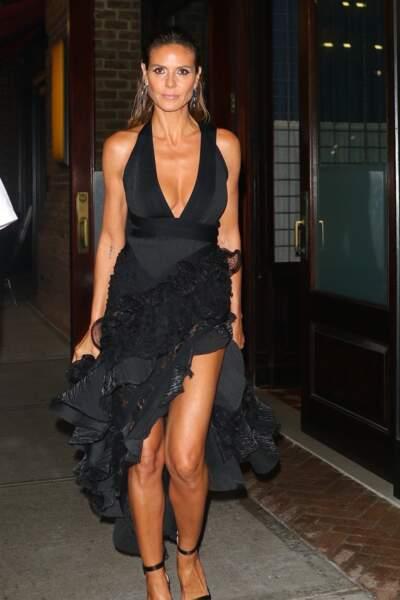 Décolleté, volants, et robe fendue noire pour Heidi Klum