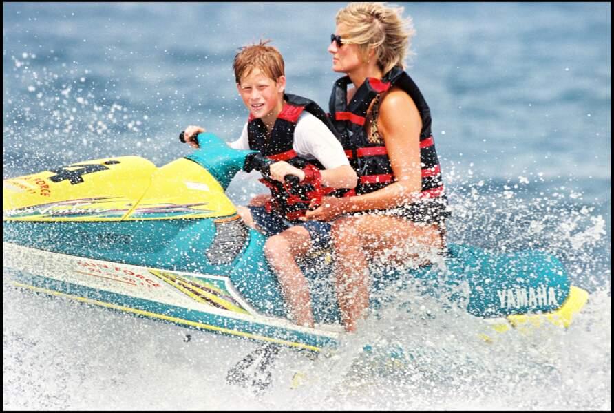 Lady Diana et le prince Harry font du ket-ski au large de Saint-Tropez en 1997