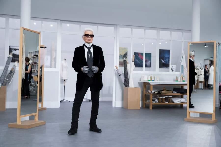 Karl Lagerfeld et ses couturières lors du défilé Chanel Haute Couture au Grand Palais en 2016