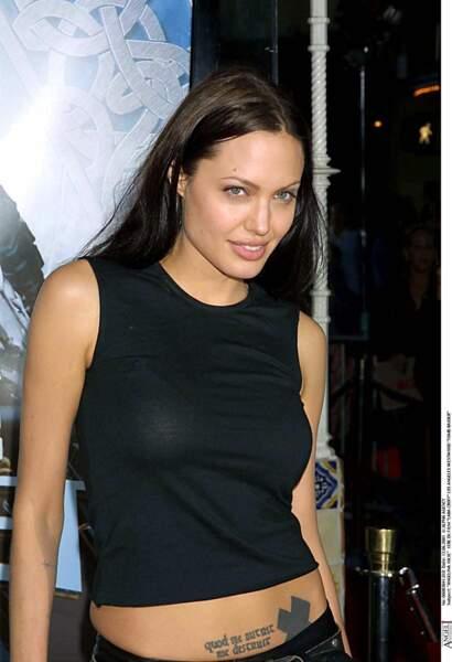 """Cheveux relâchés, débardeur sexy et tatouages, le look Rock d'Angelina Jolie à la première de """"Tomb Raider"""" en 2001"""