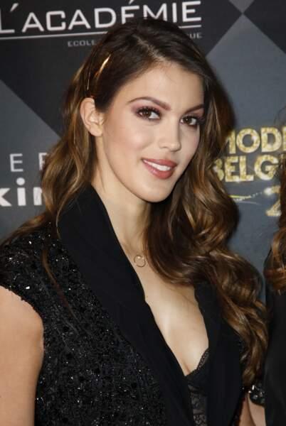 Side-hair accessoirisé d'une barrette pour Iris Mittenaere.