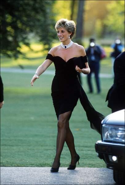 La robe de l'émancipation, courte et décolletée, est signée Christina Stambolian en 1994