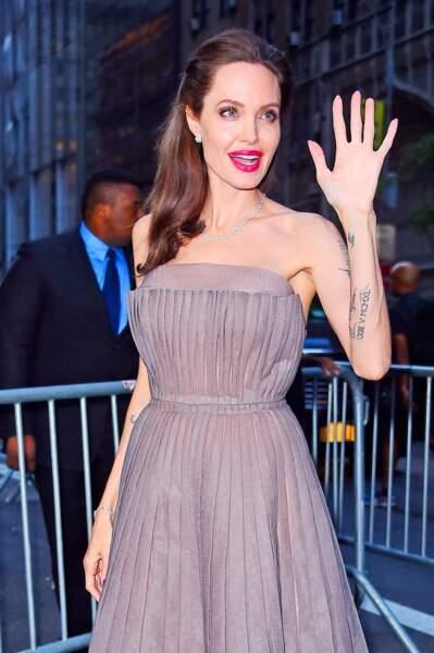 Angelina Jolie, radieuse, avec sa belle bouche rouge et sa robe de bal à New-York