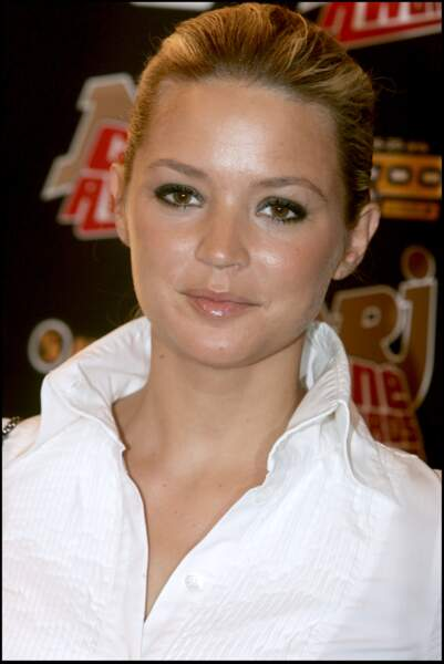 Virginie Efira sexy avec un smoky eye et une queue-de-cheval