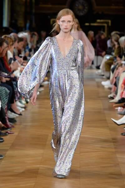 Stella McCartney mise sur l'argent pour une robe décolleté aux manches bouffantes.